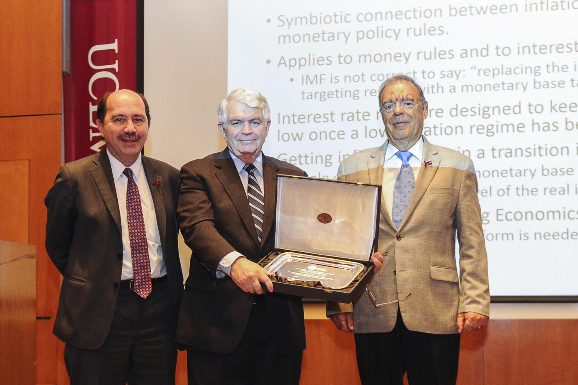 John Taylor recibió una placa entregada por Javier Ortiz Batalla