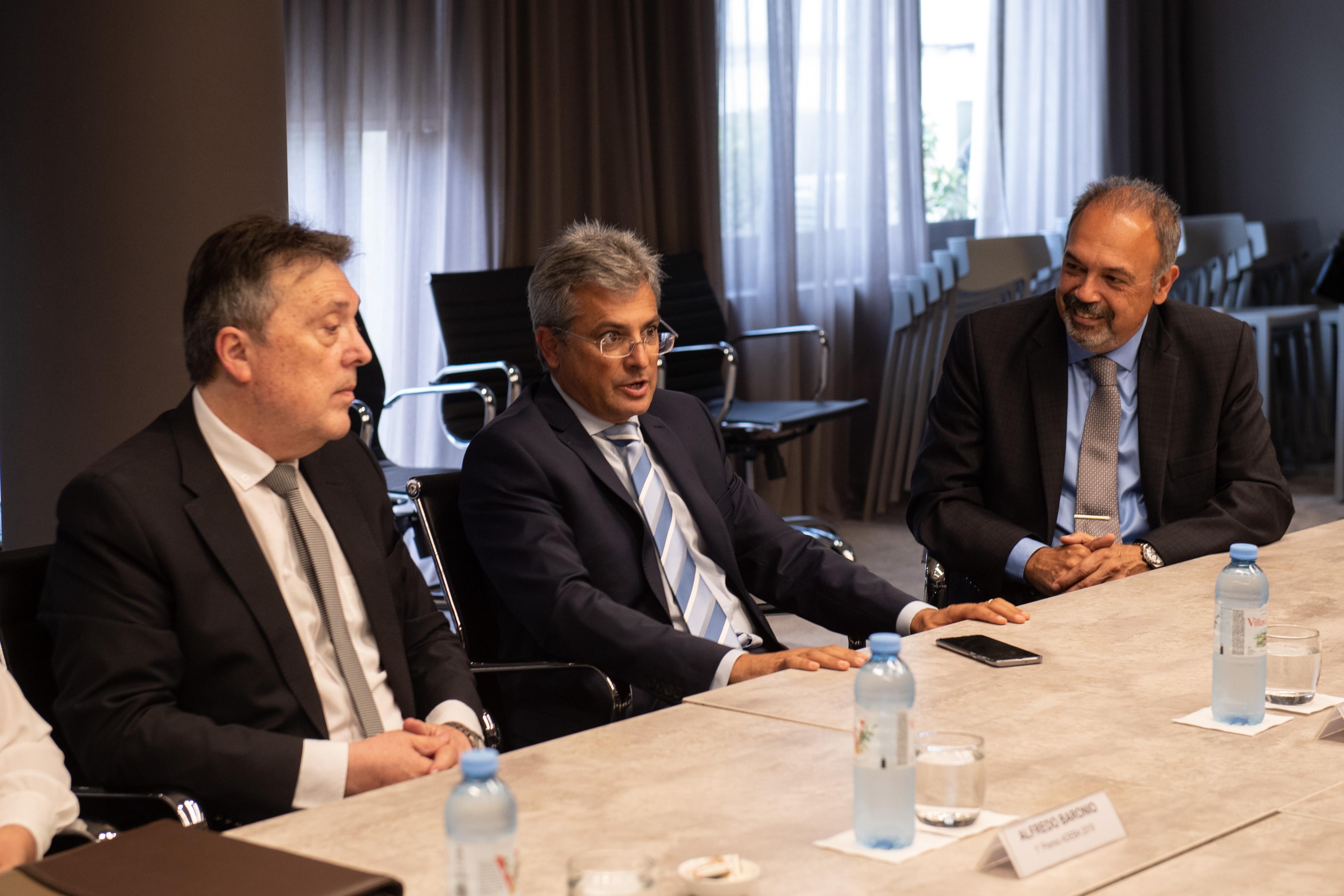 Alfredo Baronio, Flavio Buchieri dos de los ganadores del Premio y Alejandro Pérez, gerente general de ADEBA
