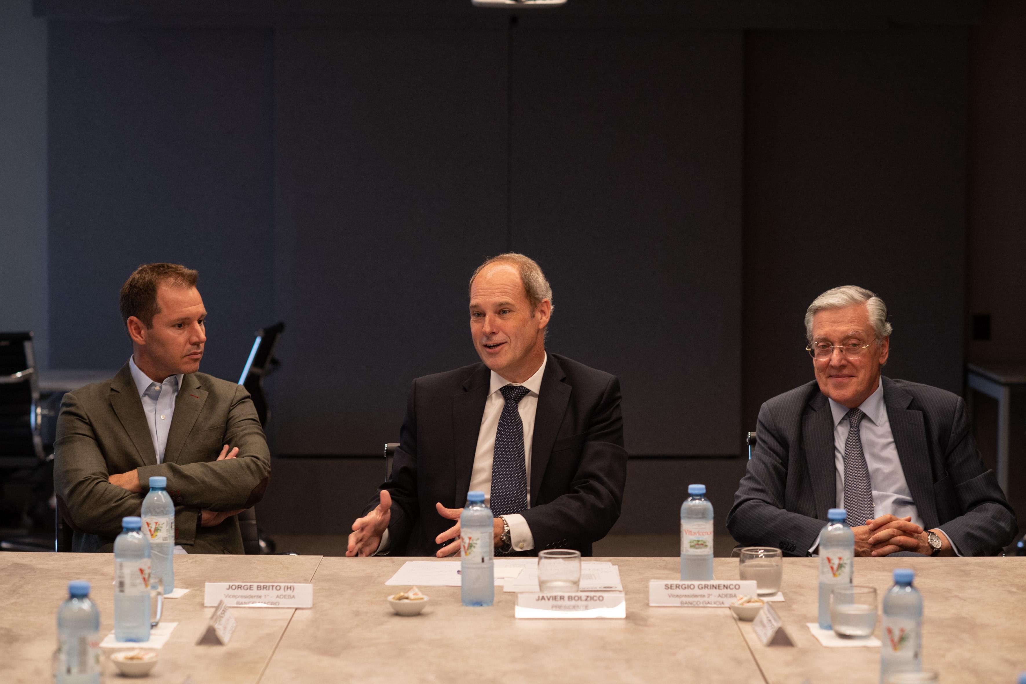 El presidente de ADEBA acompañado por dos vicepresidentes de la Cámara