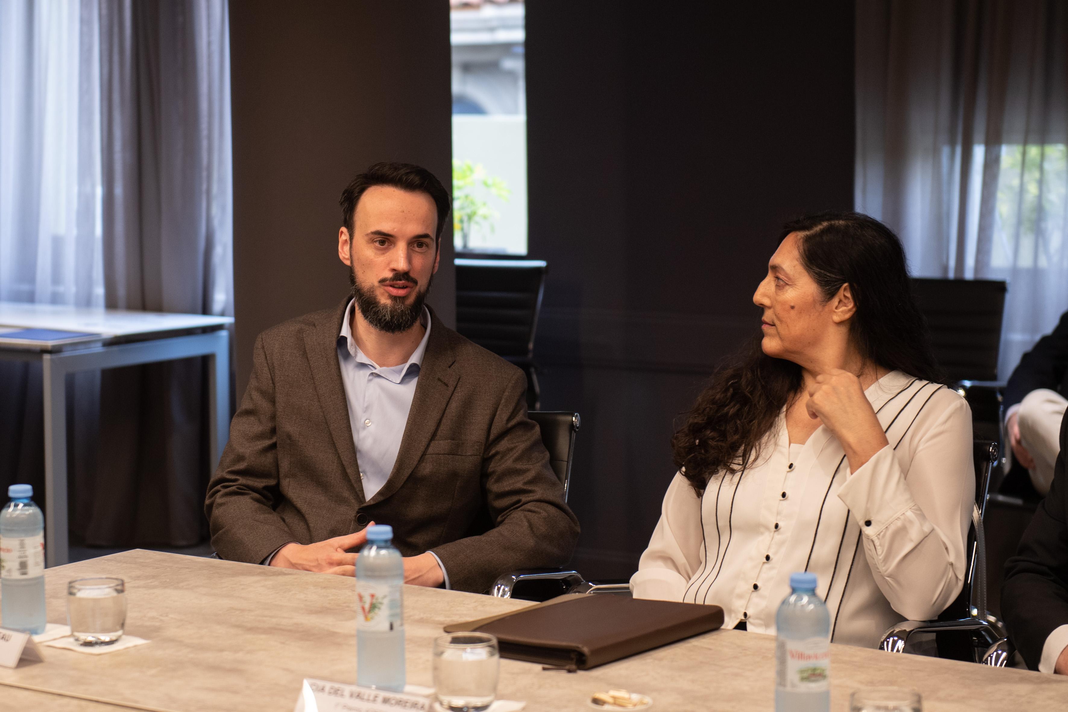 Emiliano Delfau, que obtuvo el segundo lugar del Premio ADEBA, y Lidia del Valle Moreira, una de las ganadoras del Premio