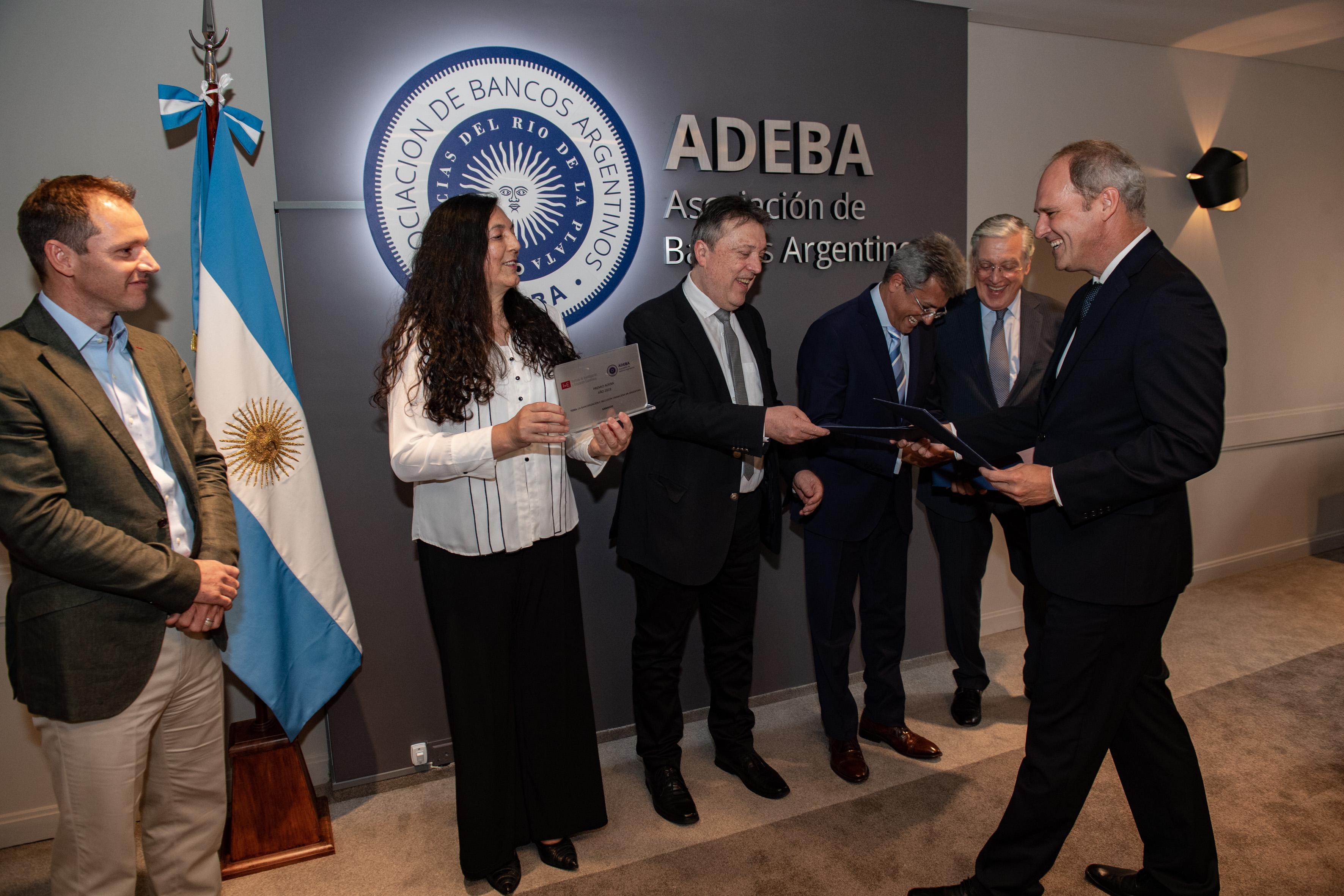 Entrega de diplomas a los ganadores del Premio ADEBA 2019 por parte de las autoridades de la Asociación