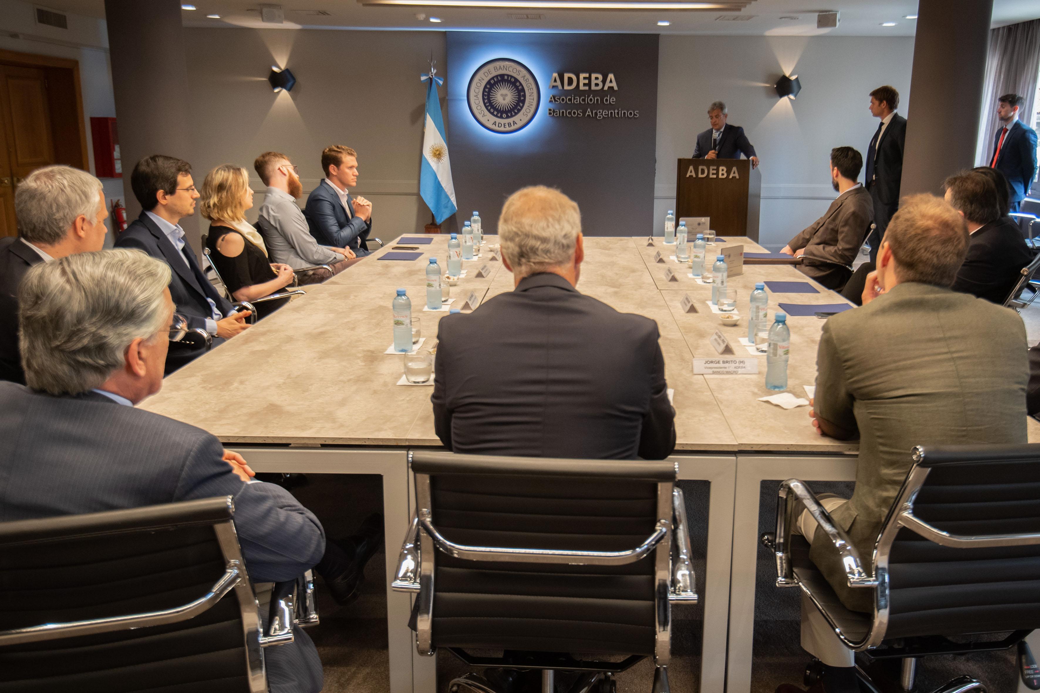 Flavio Buchieri, ganador del Premio ADEBA 2019 expone un resumen de su trabajo ante los otros ganadores, autoridades de ADEBA y del I+E