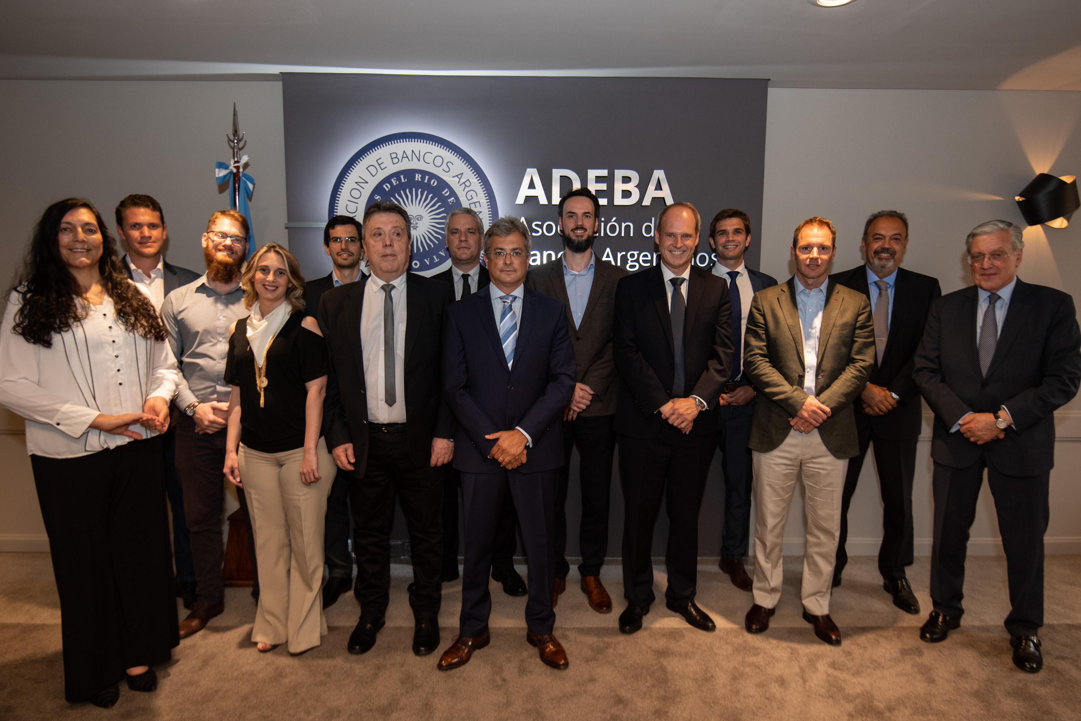 Ganadores del Premio ADEBA 2019, junto con las autoridades de la Asociación y del I+E