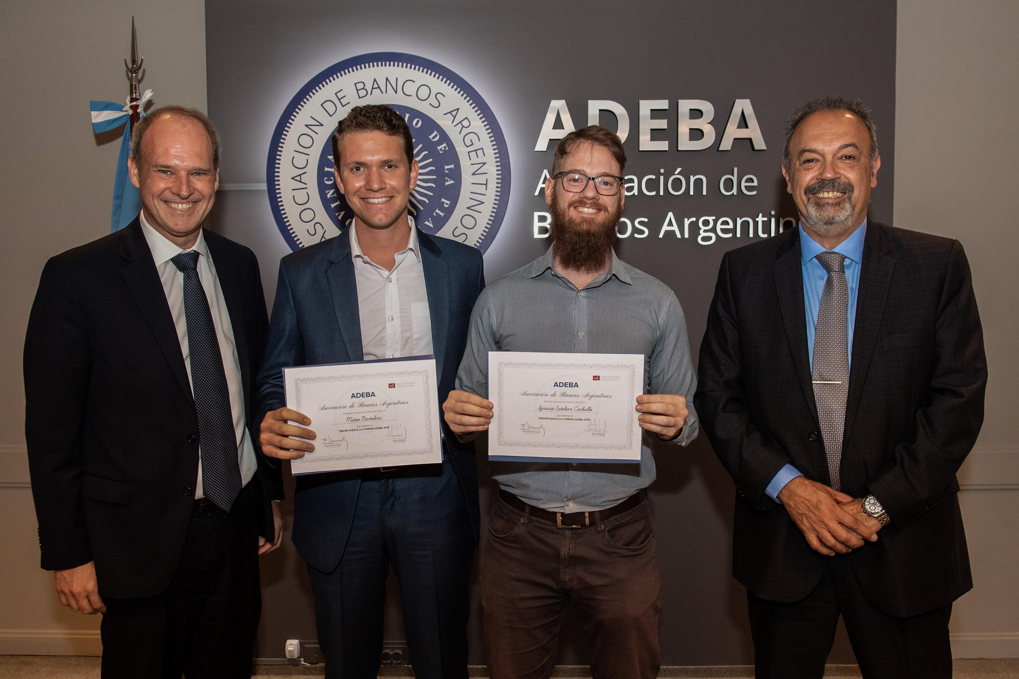Ignacio Esteban Carballo y Mateo Bartolini con el diploma de mención especial, junto a Javier Bolzico y Alejandro Pérez