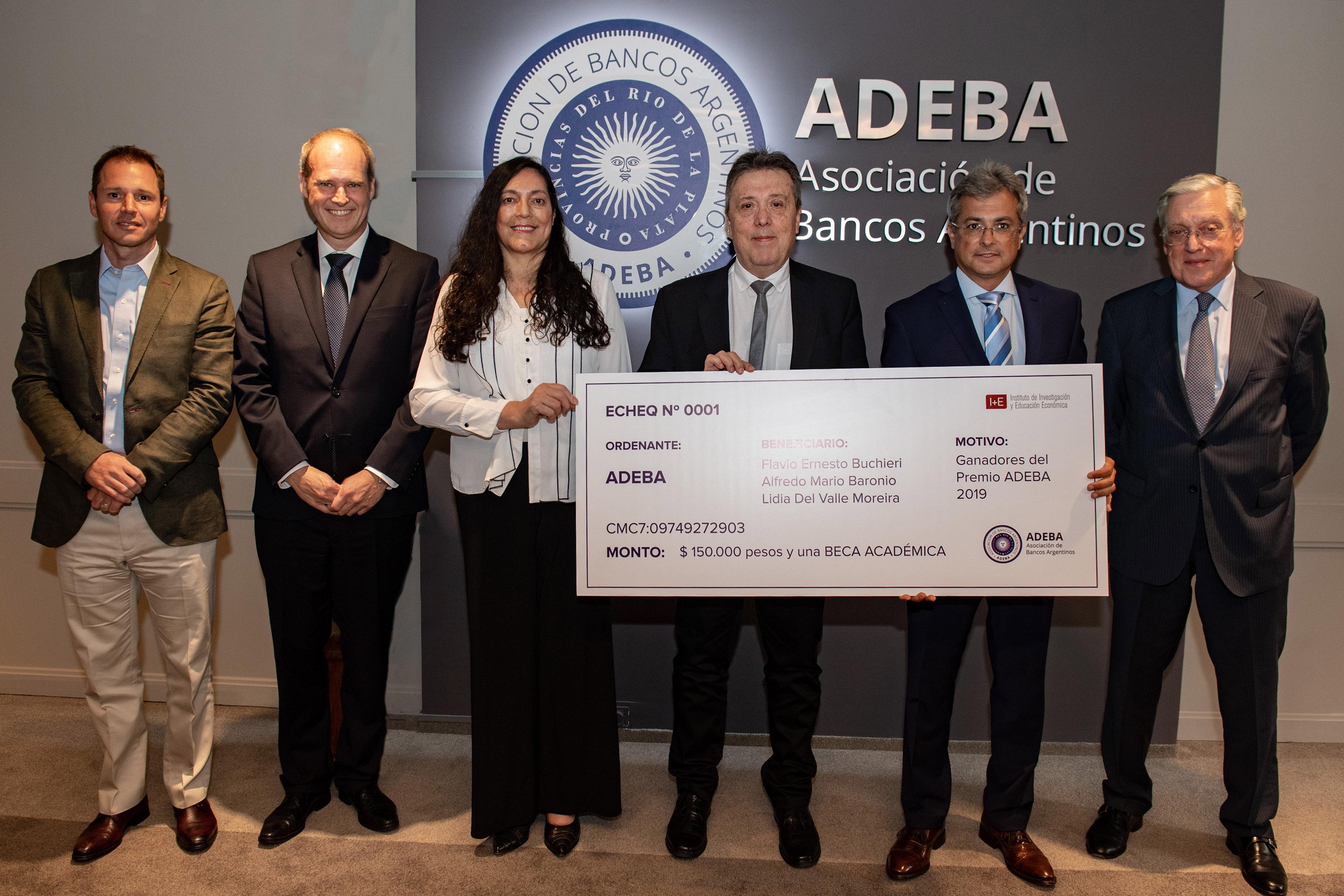 Jorge Brito (h), Javier Bolzico, Lidia del Valle, Alfredo Baronio, Flavio Buchieri y Sergio Grinenco. Los ganadores con las autoridades de ADEBA