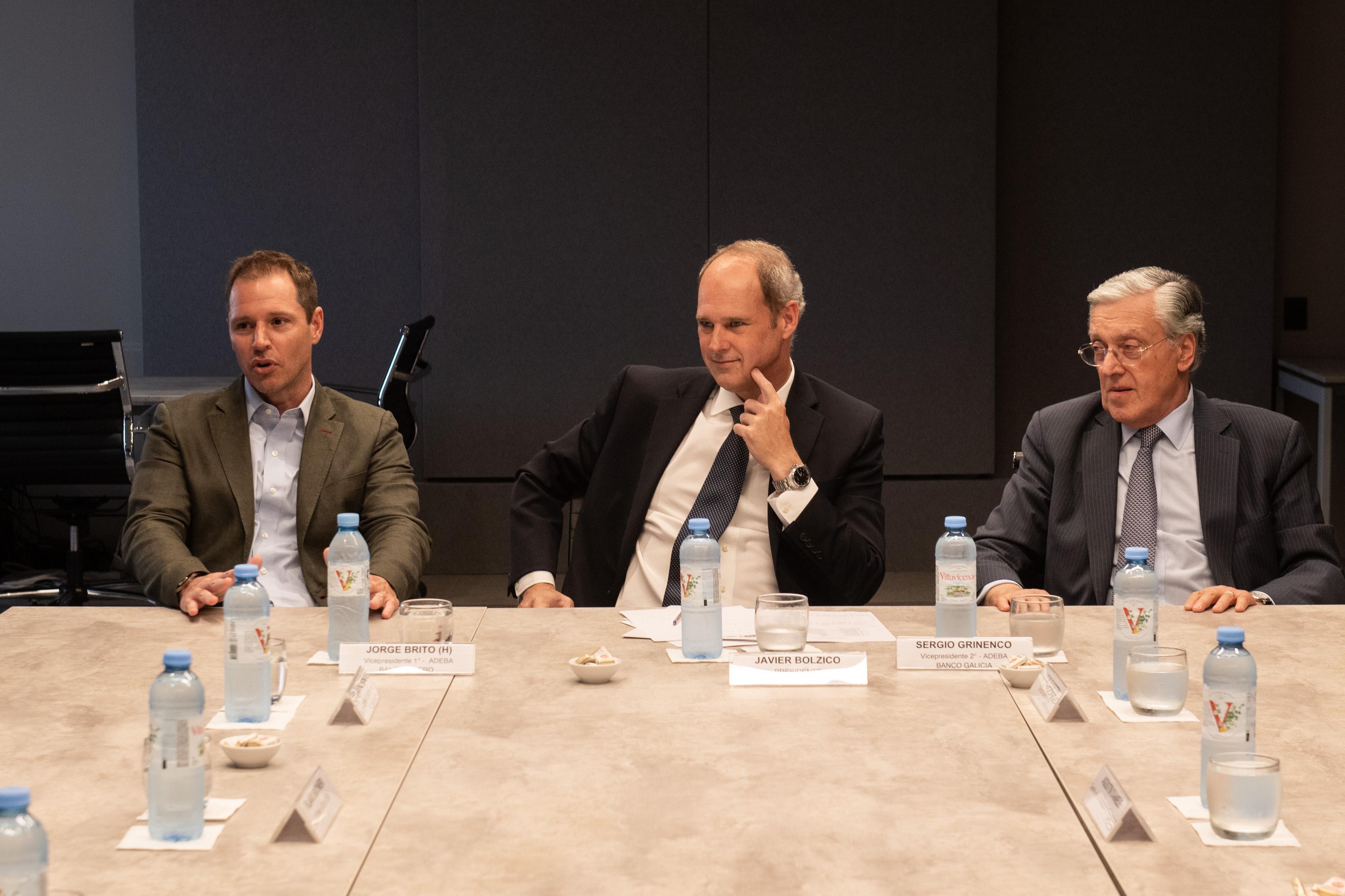 Jorge Brito (h), vicepresidente 1ero de ADEBA; Javier Bolzico, presidente de ADEBA y Sergio Grinenco, vicepresidente 2do de ADEBA